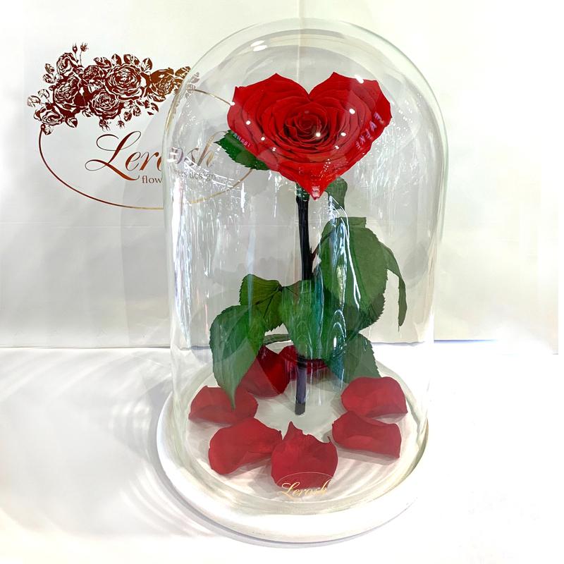 Червона троянда в колбі Серце Lerosh - Lux 33 см на білій підставці