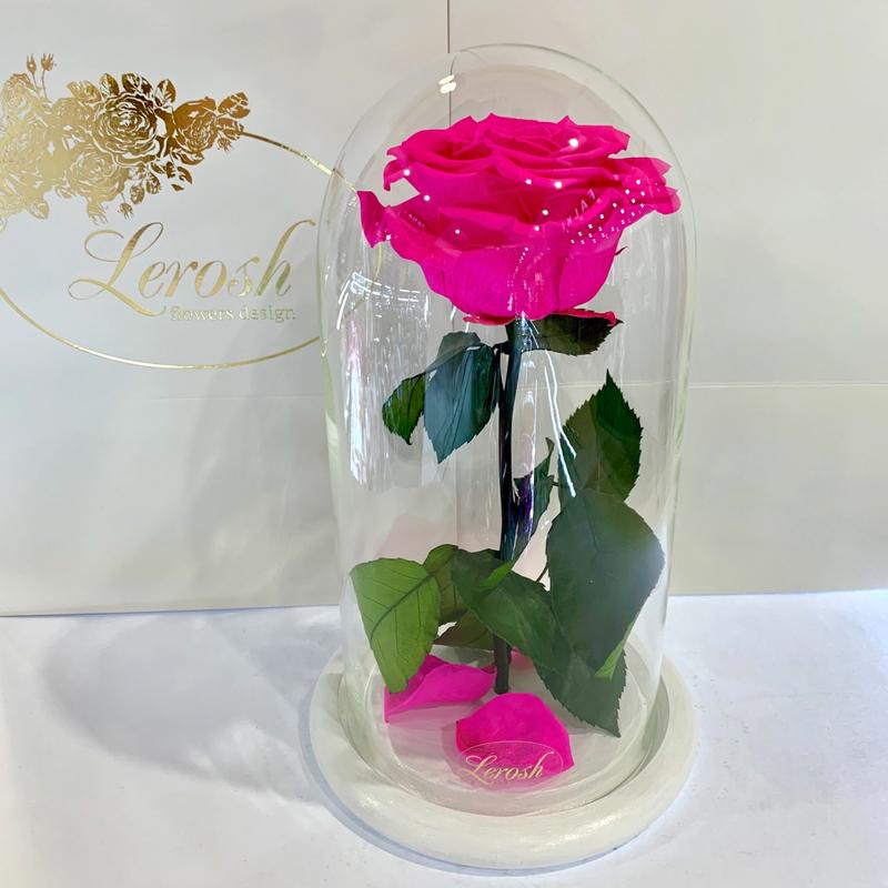 Яскраво-рожева Фуксія троянда в колбі Lerosh - Premium 27 см на білій підставці
